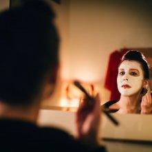 Prevenge: Alice Lowe allo specchio in una scena del film