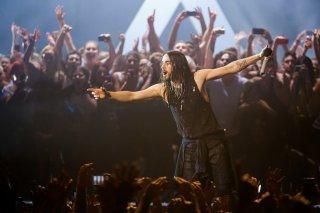Jared Leto sul palco durante un'esibizione con i 30 Seconds to Mars