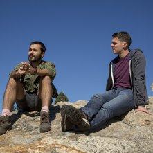 Looking: The Movie - Jonathan Groff e Frankie J. Alvarez osservano l'orizzonte