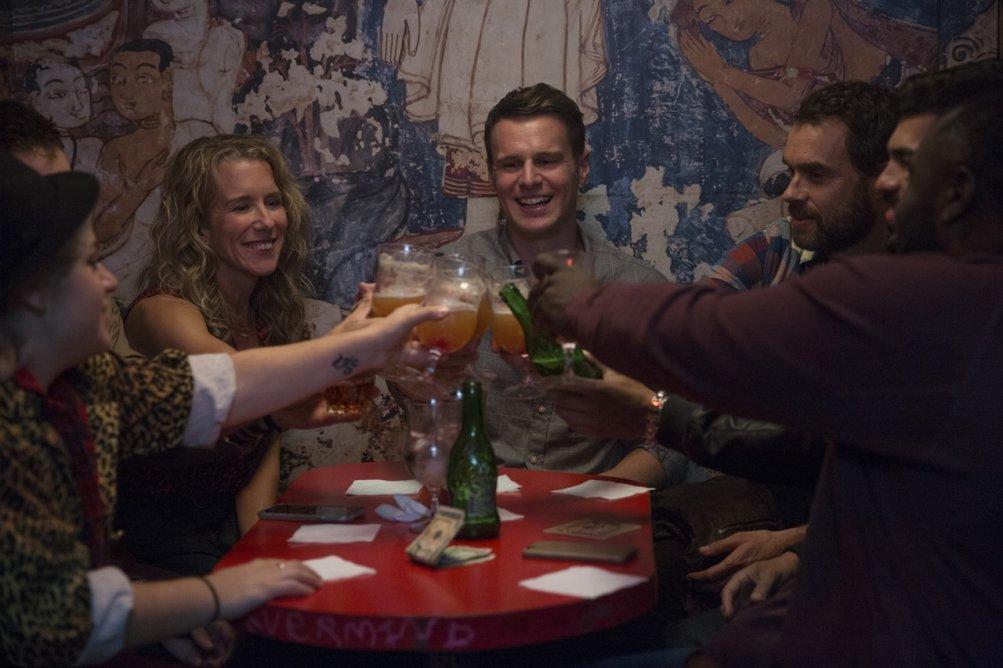Looking: The Movie - Lauren Weedman, Jonathan Groff e Frankie J. Alvarez brindano
