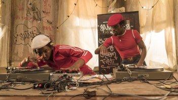 The Get Down: due dj sperimentano nuove sonorità in una foto della serie