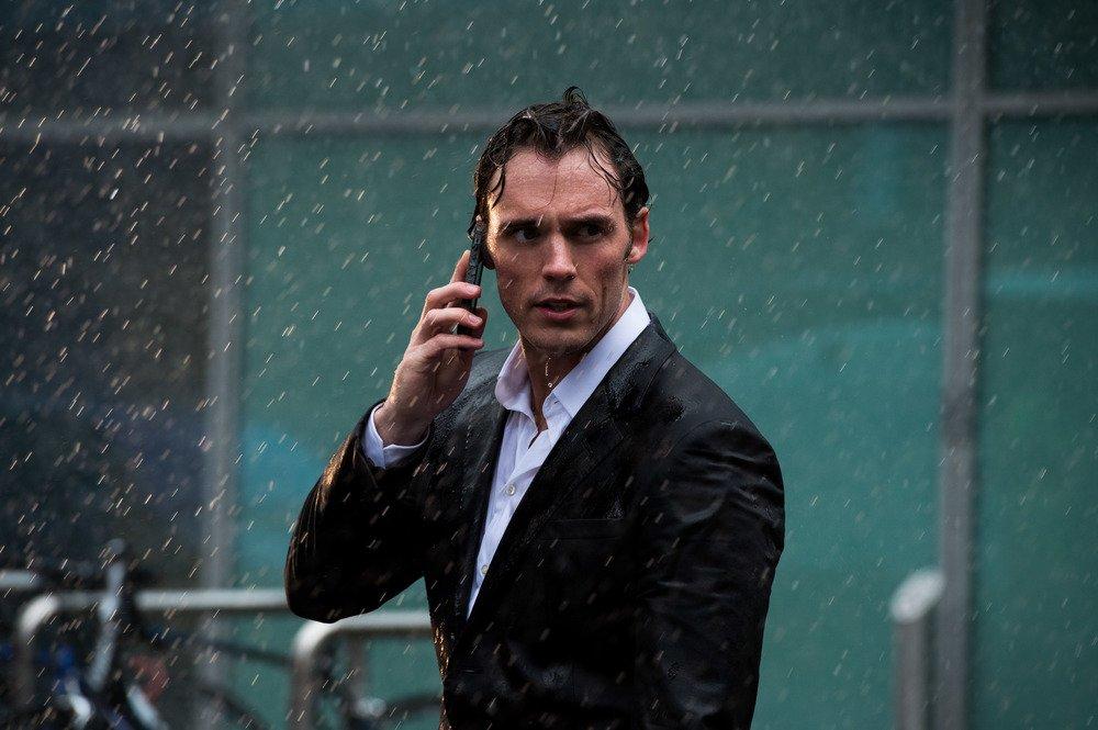 Io prima di te: Sam Claflin sotto la pioggia in una scena del film