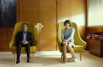 Un amore all'altezza: Jean Dujardin e Stéphanie Papanian in una scena del film