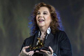 Stefania Sandrelli con in mano il Leopard Club Award