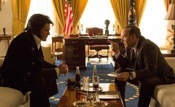 Elvis & Nixon: Michael Shannon e Kevin Spacey in una scena del film