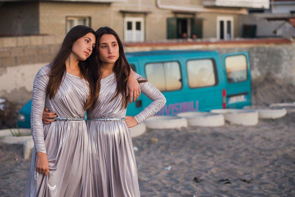 Indivisibili: Angela Fontana e Marianna Fontana in una scena del film