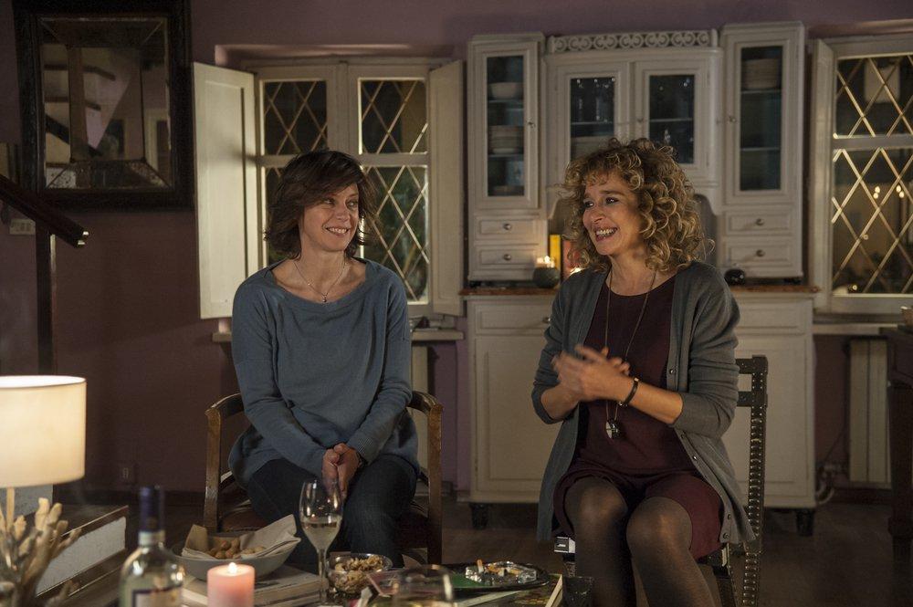 La vita possibile: Valeria Golino e Margherita Buy in una scena del film