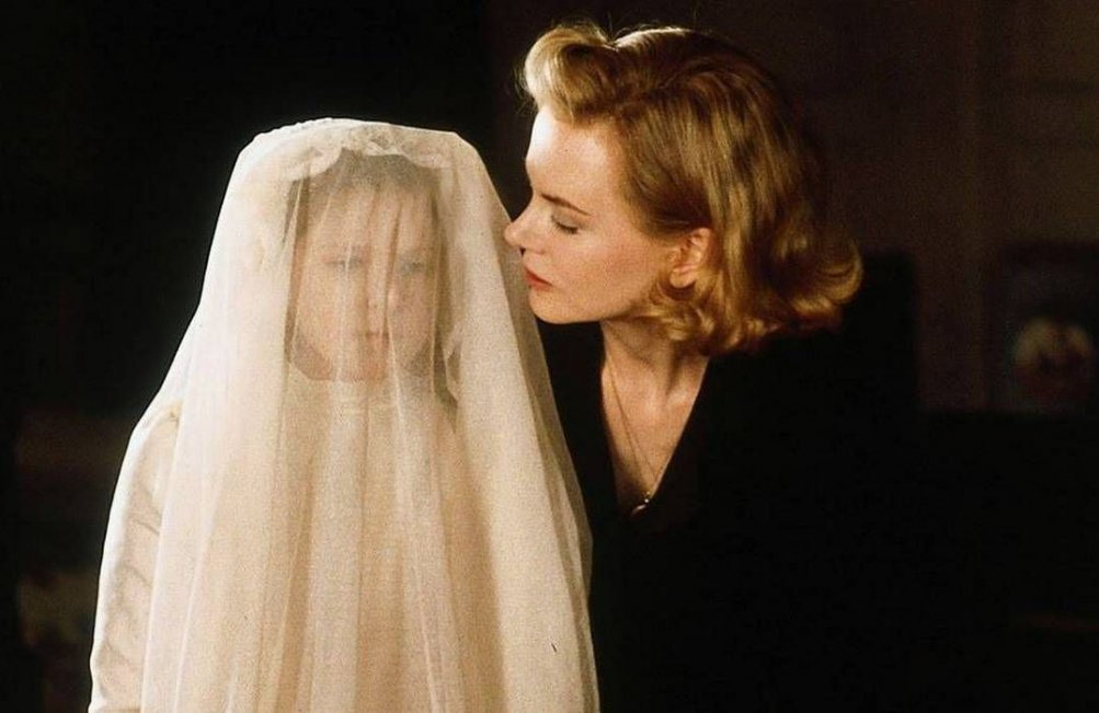 The Others: Nicole Kidman e Alakina Mann in un momento del film