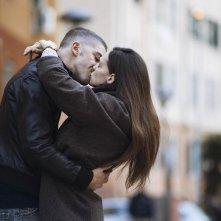 La ragazza del mondo: Sara Serraiocco e Michele Riondino si baciano in un momento del film