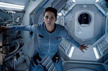 Extant: Halle Berry in una scena della serie televisiva