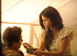 In Dubious Battle: Nat Wolff e Selena Gomez in una scena del film