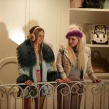 Scream Queens: una foto di Abigail Breslin e Billie Lourd nella puntata The Final Girl(s)