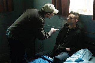Mr. Robot: Christian Slater e Rami Malek in un'immagine del quinto episodio