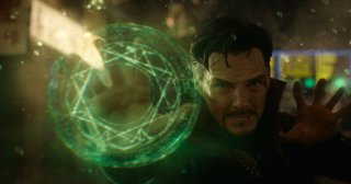 Doctor Strange: Benedict Cumberbatch in una foto in cui Strange usa i suoi poteri
