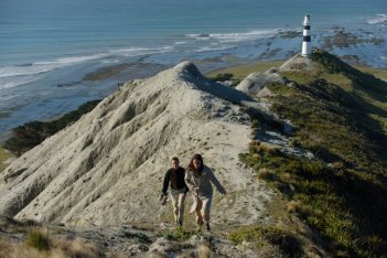 The Light Between Oceans: Michael Fassbender e Alicia Vikander in un momento del film
