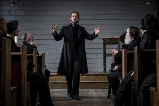 Brimstone: Guy Pearce in una scena del film