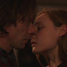 Never Ever: Mathieu Amalric e Julia Roy in un momento del film