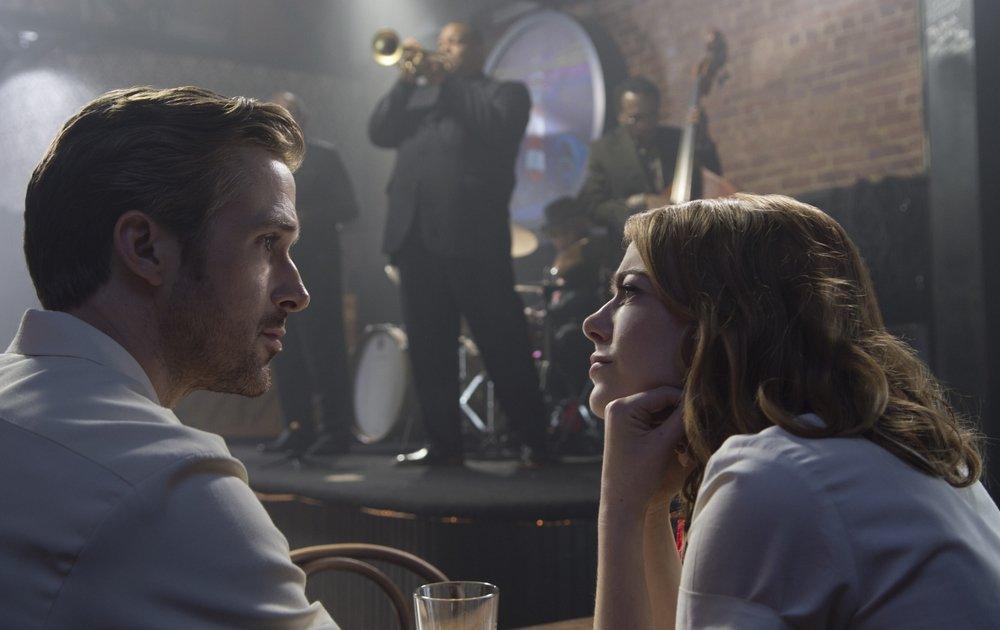 La La Land: Emma Stone e Ryan Gosling si guardano intensamente in una scena del film