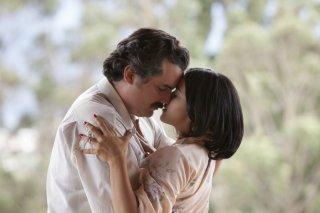Narcos: Wagner Moura a Paulina Gaitan in una foto della stagione 2