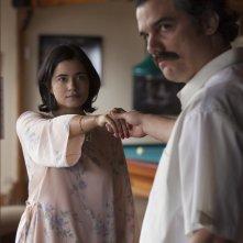 Narcos: Paulina Gaitan e Wagner Moura in una foto della stagione 2