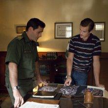 Narcos: Maurice Compte e Boyd Holbrook in una foto della stagione 2