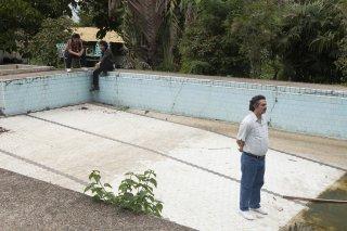 Narcos: il protagonista Wagner Moura in una foto della stagione 2