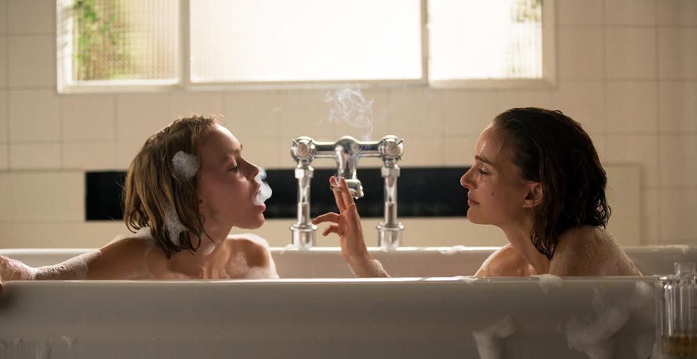 Planetarium: Natalie Portman e Lily-Rose Depp in una scena del film