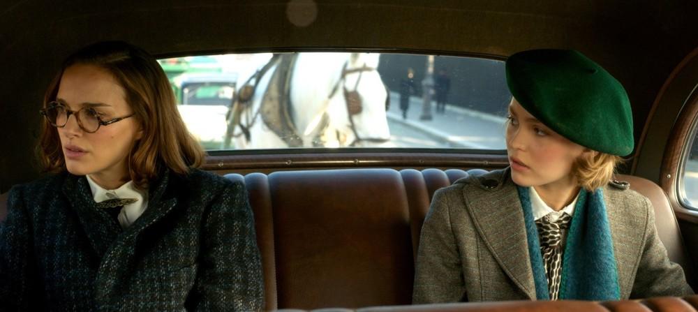 Planetarium: Lily-Rose Depp e Natalie Portman in una scena del film