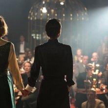 Planetarium: Natalie Portman e Lily-Rose Depp di spalle in un momento del film