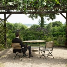 The Beautiful Days of Aranjuez: Jens Harzer (di spalle) in una scena del film