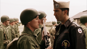 Band of Brothers:  Scott Grimes e David Schwimmer nell'episodio Currahee