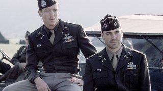 Band of Brothers:  Damian Lewis e Ron Livingston in una scena della serie