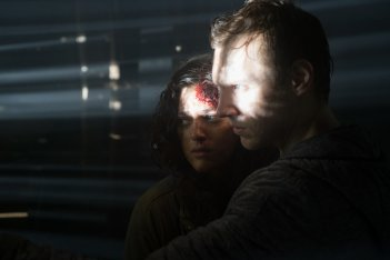 Blair Witch: James Allen McCune e Callie Hernandez in una scena del film