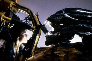 Aliens - Scontro finale: Sigourney Weaver di fronte a un Alien in un momento del film