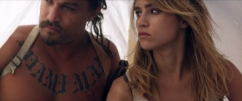 The Bad Batch: Suki Waterhouse e Jason Momoa in una scena del film