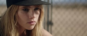 The Bad Batch: Suki Waterhouse in una scena del film