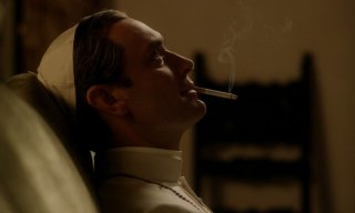 The Young Pope: Jude Law assorto nei suoi pensieri in un momento della serie tv