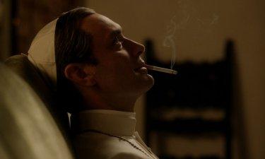 The Young Pope: Jude Law assorto nei suoi pensieri in un momento della serie tv