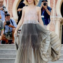 Venezia 2016: la madrina Sonia Bergamasco scende le scale prima del photocall