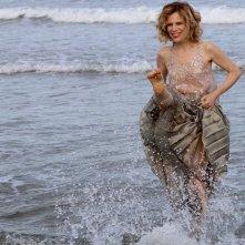 Venezia 2016: la madrina Sonia Bergamasco mentre gioca con l'acqua