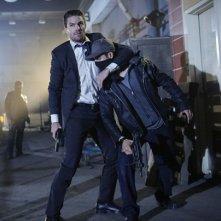 Arrow: Stephen Amell in azione nella quinta stagione