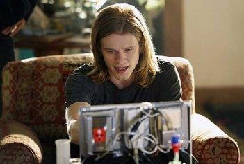 MacGyver: una scena della serie con Lucas Till