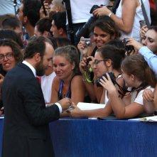 Venezia 2016: Il regista Derek Cianfrance firma sutografi sul red carpet di La luce sugli oceani