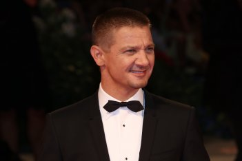 Venezia 2016: Jeremy Renner in uno scatto sul red carpet di Arrival