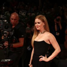 Venezia 2016: Amy Adams sul red carpet di Arrival