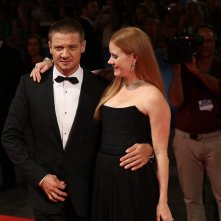 Venezia 2016: uno scatto di Jeremy Renner ed Amy Adams sul red carpet di Arrival