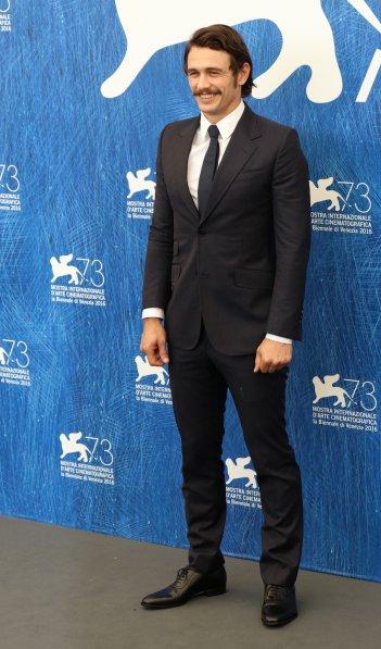 Venezia 2016: James Franco posa al photocall di In Dubious Battle