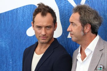 Venezia 2016: Jude Law e Paolo Sorrentino al photocall di The Young Pope