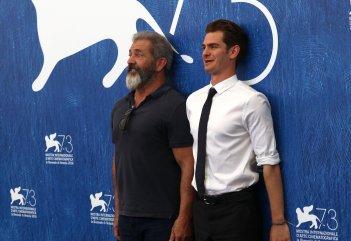 Venezia 2016: Andrew Garfield e Mel Gibson scherzano al photocall di Hacksaw Ridge