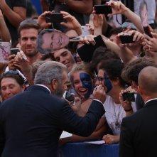 venezia 2016: Mel Gibson scherza con una fan sul red carpet di Hacksaw Ridge